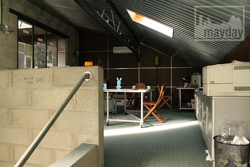 modern office in a workshop clav0029 agence mayday. Black Bedroom Furniture Sets. Home Design Ideas