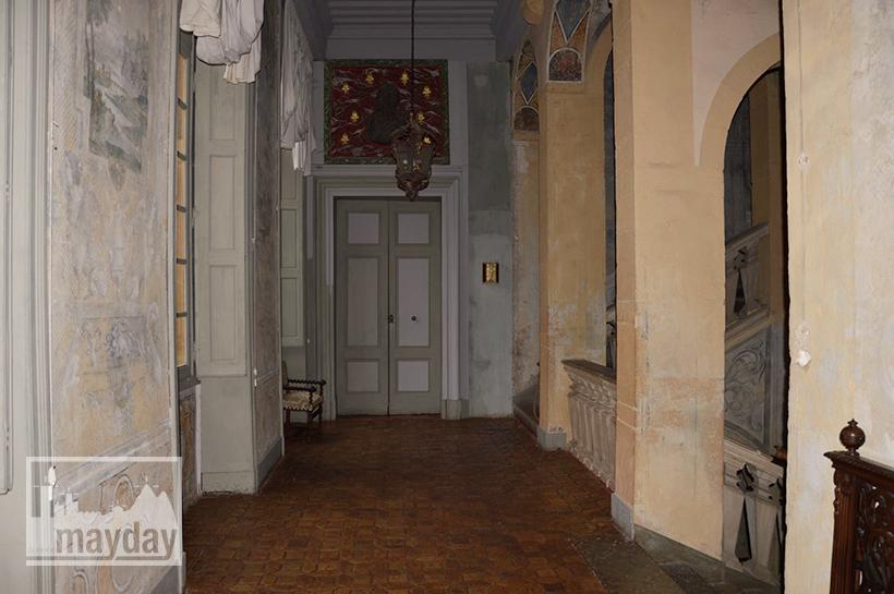 rav0501-chateau-italie-beaujolais-escalier-1