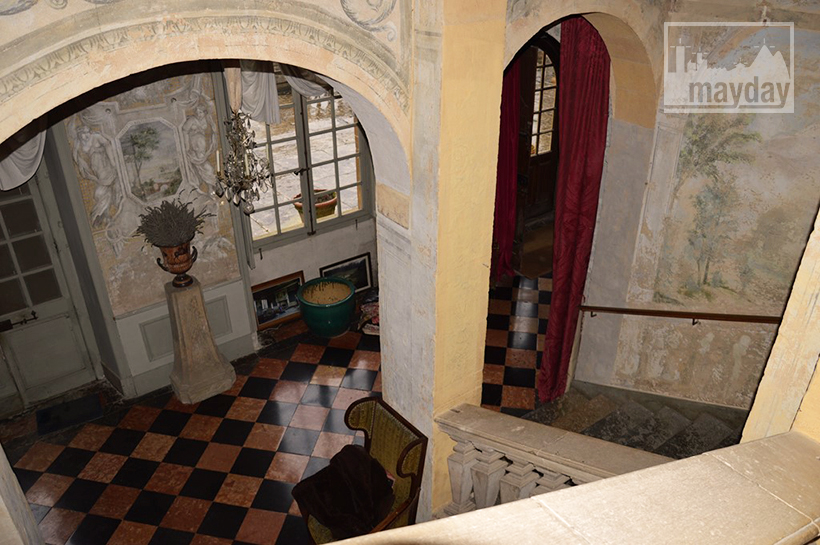 rav0501-chateau-italie-beaujolais-escalier-2