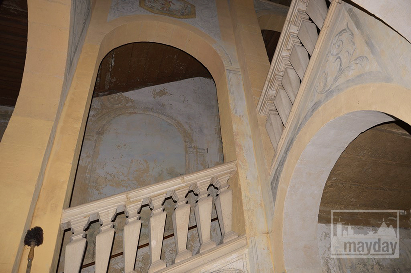 rav0501-chateau-italie-beaujolais-escalier-3