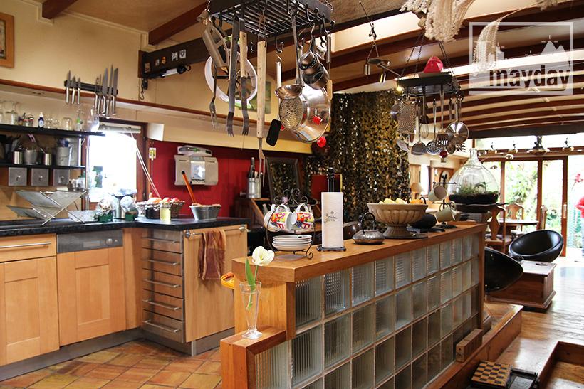 clav0033-peniche-fleurie-et-serre-tropicale-cuisine-1