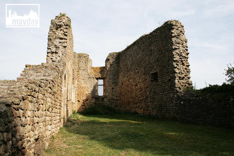 clav0113-village-ruine-monts-du-lyonnais-1